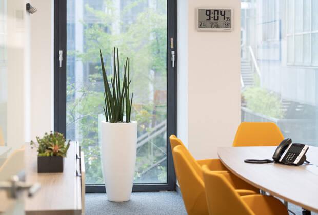 Konferenzraum im Kölner Bundesamt für Güterverkehr (Bild: Blütenwerk/Uwe Schmitz)